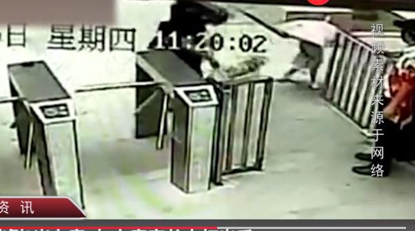 遛狗绊倒2岁女童 监控录下男子遛狗绊倒2岁女童还打人